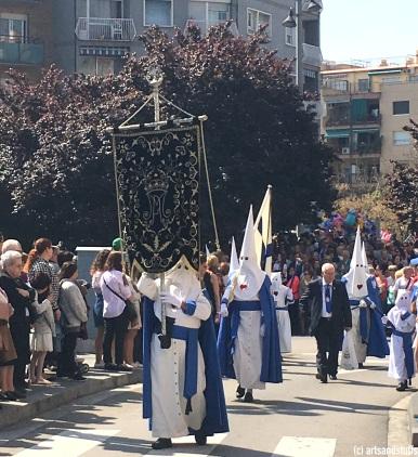 Procession de la confrérie 15+1 à Hospitalet (c) Arts & Stuffs